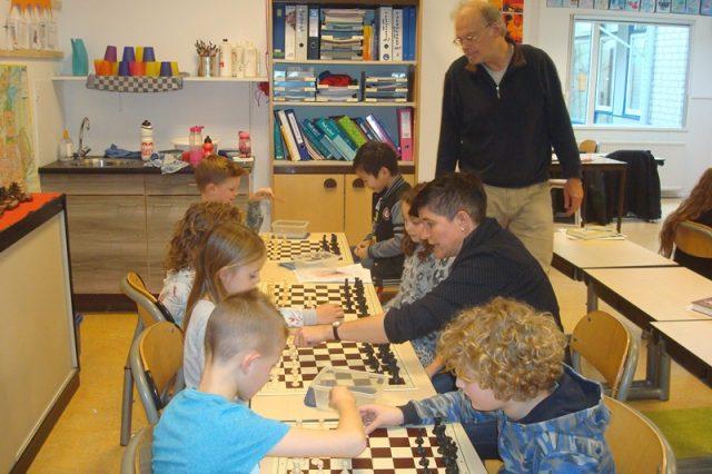 Juf Mariëtte schaakt tussen haar kinderen dapper mee
